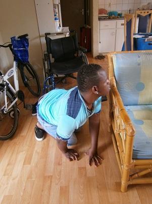 Gemar moet kruipen in huis omdat er onvoldoende ruimte is voor de rolstoel
